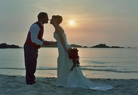 Церемония бракосочетания на закате солнца